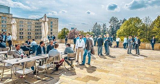 Tolle Location: Terrasse über dem Campus. Foto: ©Dan Taylor/Heisenberg Media