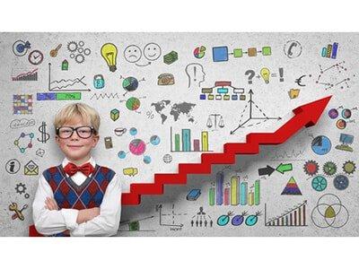 Kind an der Tafel mit Chart und Symbolen