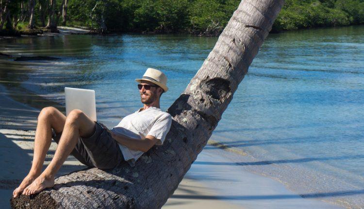 Travail sur la plage avec un ordinateur portable