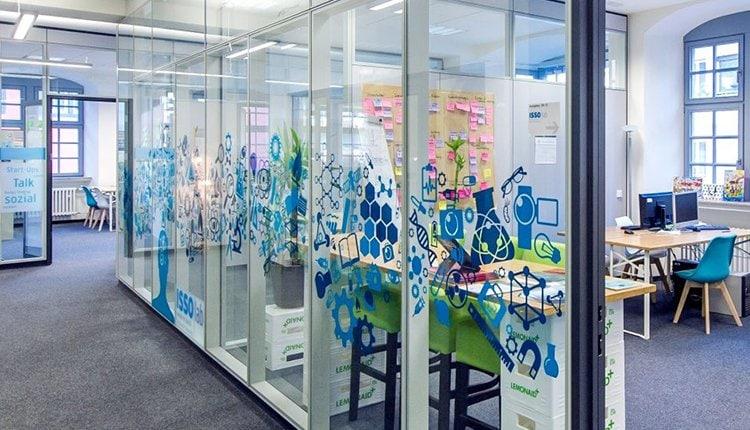 Bild der schönen Büroräume im ISSO Coworking Space im Institut für Zukunftsgestaltung und Weiterbildung in Koblenz